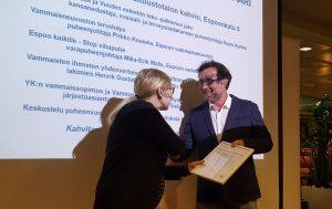 Saara Hyrkkö onnittelee Erik Söderblomia