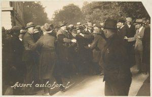 Asianajaja Asser Saloa riepotellaan Vaasan oikeustalon edustalla vuonna 1930.