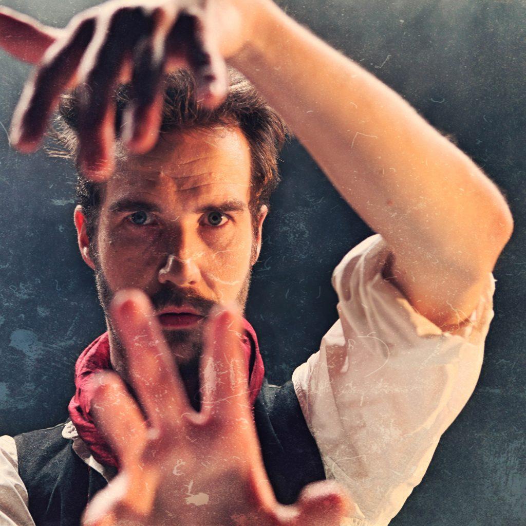 Näyttelijä Tomi Alatalo, esityksestä Harhama