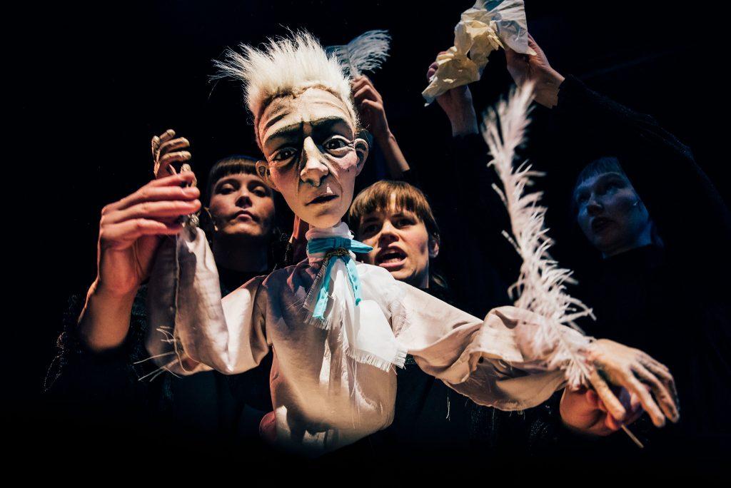 Kuvassa nukke ja kaksi näyttelijää, esityksestä LEDA